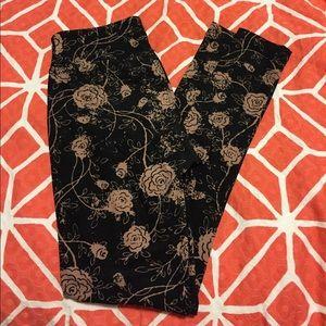 Lularoe OS blush rose leggings with black bkgd